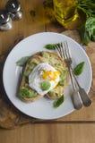 Avokado och ägg på rostat bröd Arkivfoton