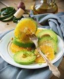 Avokado- och apelsinsallad Arkivbilder