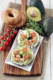 Avokado- och gräddostbaglar Fotografering för Bildbyråer