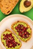 Avokado- och granatäpplefrö öppnar framsidasmörgåsen på Mediterranea Arkivfoton