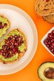 Avokado- och granatäpplefrö öppnar framsidasmörgåsen på Mediterranea Royaltyfri Foto