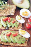 Avokado och kokta ägg royaltyfri fotografi