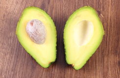 Avokado på träbakgrund, ingrediens av avokadodeg eller guacamole, sund mat och näring Royaltyfria Bilder