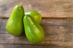 Avokado på wood bakgrund Royaltyfria Foton