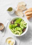Avokado, romano, kumatotomatsallad och branny bröd för helt vete på ljus bakgrund, bästa sikt Sunt banta vegetarisk mat royaltyfria bilder