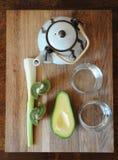 Avokado selleri, kiwi, te i en tekanna Ingredienser bästa sikt Royaltyfria Bilder
