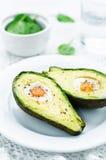 Avokado som bakas med ägget Arkivbild