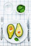 Avokado som bakas med ägget Royaltyfria Bilder