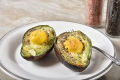 Avokadon för bakat ägg royaltyfria foton