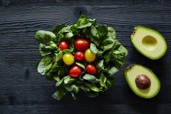 Avokadon och organisk ny läcker sallad för tomater Fotografering för Bildbyråer