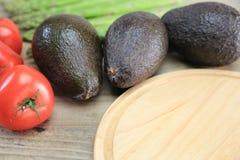 Avokadon och tomater royaltyfri fotografi