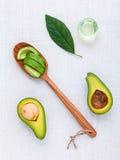 Avokadoolja på den vita tabellbakgrundsrengöringen och sunt royaltyfri bild