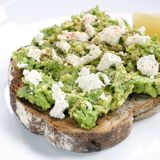 Avokadorostat bröd med den Fetaost och citronen Arkivfoton
