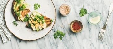 Avokadorostat bröd med smaktillsats- och citronvatten Fotografering för Bildbyråer