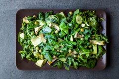 Avokadosallad med gröna ärtor och Rocket Leaves i rektangulära platta/Arugula eller Rucola sidor royaltyfri foto