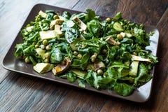 Avokadosallad med gröna ärtor och Rocket Leaves i rektangulära platta/Arugula eller Rucola sidor royaltyfri fotografi