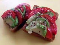 Avokadosmörgås med tomaten Fotografering för Bildbyråer