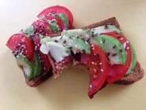 Avokadosmörgås med tomaten Royaltyfria Bilder