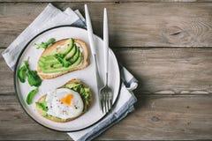 Avokadosmörgåsar med det tjuvjagade ägget Arkivbilder