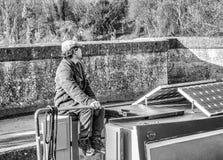 AVONCLIFF, hombre de WILTSHIRE, INGLATERRA 27 DE ENERO DE 2019 que dirige un barco de canal sobre un viaducto imagen de archivo libre de regalías