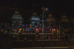 Avond Aarati die, Heilige Mens gebeden aanbieden aan god in Pashupatinath royalty-vrije stock afbeeldingen