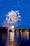 Avond, Charles Bridge en het mooie vuurwerk in Praag, Tsjechische Republiek Stock Foto