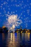 Avond, Charles Bridge en het mooie vuurwerk in Praag, Tsjechische Republiek Royalty-vrije Stock Foto