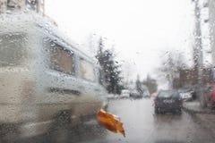 Avond, regendalingen op het venster met verkeersonduidelijk beeld Onscherp autosilhouet Autumn Abstract Backdrop Royalty-vrije Stock Afbeelding