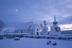 Avond van de Mattmar de middeleeuwse kerk vinter Stock Afbeeldingen