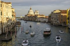Avond Venetië, lichten, gondels en kanaal stock afbeelding
