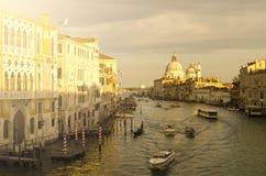 Avond Venetië, lichten, gondels en kanaal stock fotografie