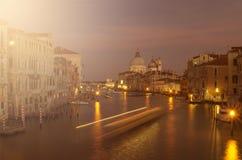 Avond Venetië, lichten, gondels en kanaal stock afbeeldingen