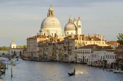 Avond Venetië, lichten, gondels en kanaal royalty-vrije stock afbeeldingen