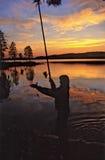 Avond. Visserij bij het meer. stock fotografie