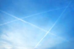 Avondbeeld die van blauwe hemel met witte driehoek tot drie vliegtuigen over de hory Bergen van Krusne in noordelijke Bohemen lei Royalty-vrije Stock Afbeeldingen