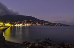 Avonddijk van Yalta op de kust van de Zwarte Zee op de achtergrond van bergen en zonsonderganghemel met wolken stock afbeelding