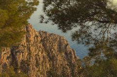 Avonden die op het overzees en de berg met gouden licht letten royalty-vrije stock afbeeldingen