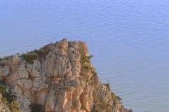 Avonden die op het overzees en de berg met gouden licht letten royalty-vrije stock afbeelding