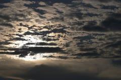 Avondhemel bij zonsondergang Onweerswolken vóór de regen tegen de achtergrond van de doordringende zonstralen royalty-vrije stock foto's