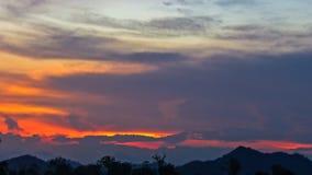 Avondhemel, de Verbazende Achtergrond van de Zonsondergangwolk, Fantastische Aard, Dramatische heldere Zonsopgang, Donkere Bewolk Royalty-vrije Stock Foto