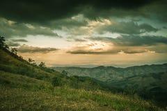 Avondhemel en panorama's van bergtop van Phu Lom Lo, het Nationale Park van Phu Hin Rong Kla, Kok Sathon, Dan Sai District, Loei, Stock Foto's