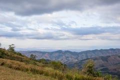 Avondhemel en panorama's van bergtop van Phu Lom Lo, het Nationale Park van Phu Hin Rong Kla, Kok Sathon, Dan Sai District, Loei, Stock Foto