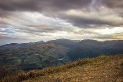 Avondhemel en panorama's van bergtop van Phu Lom Lo, het Nationale Park van Phu Hin Rong Kla, Kok Sathon, Dan Sai District, Loei, Royalty-vrije Stock Foto