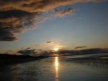 Avondhemel met donkere rainclouds en vurige zonlichtbezinningen bij Findhorn-Baai, Schotland Royalty-vrije Stock Foto's