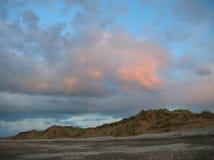 Avondhemel met donkere rainclouds en vurige zonlichtbezinningen bij Findhorn-Baai, Schotland Royalty-vrije Stock Fotografie