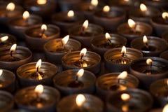 Avondkaarslicht van veelvoudige aangestoken thee lichte kaarsen stock fotografie
