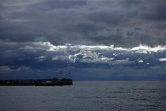 Avondlandschap met wolken en vuurtoren Royalty-vrije Stock Foto