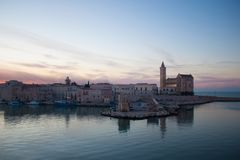 Avondlandschap van stad Trani, Apulia, Italië stock afbeeldingen