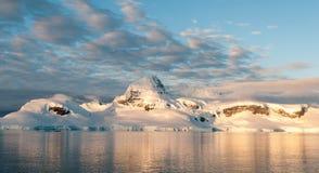 Avondlicht op snow-capped bergen, Anvers-Eiland, Antarctisch Schiereiland stock afbeelding