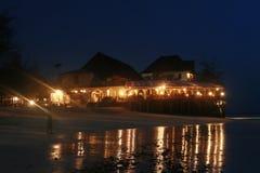 Avondlichten van goedkoop sightseeingshotel op Eiland Zanzibar stock afbeeldingen